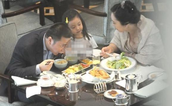 黄有龙带女儿与王健林老婆吃饺子 透露两家关系