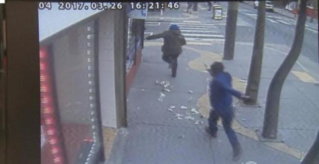 华裔霸气拔枪自卫致劫匪命危 不被起诉