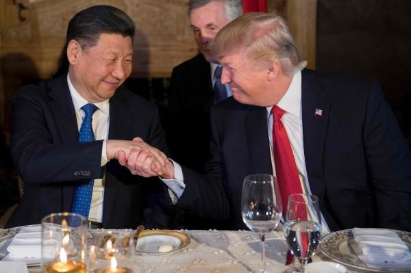 握了两次手 习近平和川普的表情相当微妙