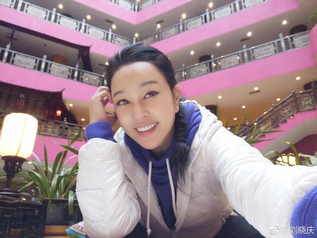 61岁刘晓庆梳麻花辫甜笑比V 网友直言认不出来