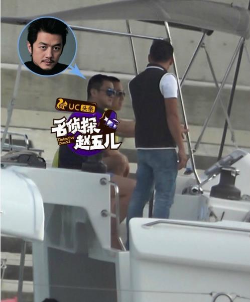 李亚鹏与美女游三亚被拍 亲自开船好霸气