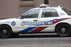 男子坐停泊车内下肢中枪 警方在找嫌犯