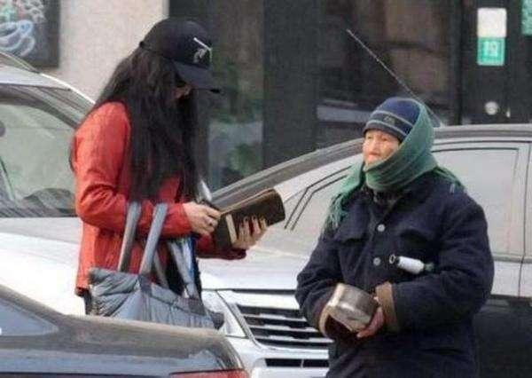 同是街上遇乞丐 范冰冰赵薇的态度却大有不同