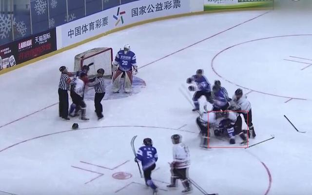 中国冰球锦标赛爆群殴 英达爱子遭重拳打脸