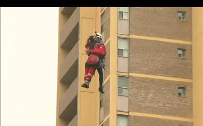 多伦多女子爬上起重机 被困30米高空获救