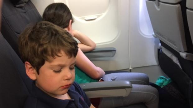 比美联航还差 妈妈被拒飞爸爸孩子登机又被赶下