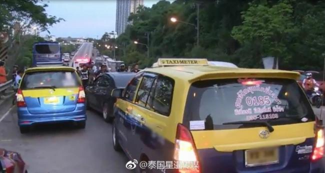 3中国游客在泰国遭20辆出租车围堵 交通瞬间瘫痪