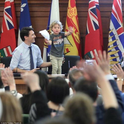 """超萌!加拿大帅气总理带儿子上班""""视察""""议会"""