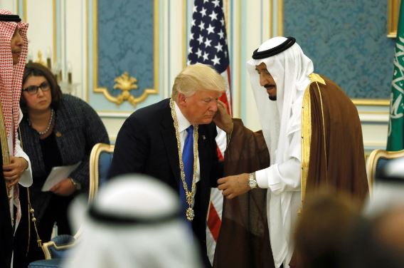 """这一幕引热议:川普对沙国国王行""""屈膝礼""""?"""