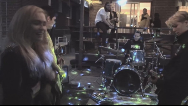 有点嗨!摇滚乐队夜里开趴 警察忍不住也来炫技