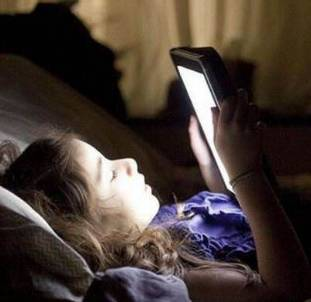 女大学生常熬夜手机聊天致暴盲 右眼只剩光感