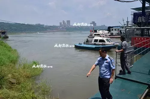 妹子救人落入长江漂1公里生还 身材救了她