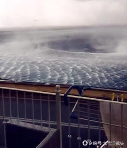 罕见震撼一幕!海面突现巨大水龙卷和漩涡