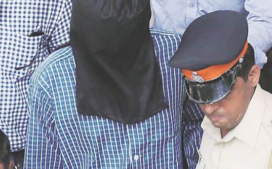 印度警察之子残忍弑母 尸体旁画笑脸留血书挑衅