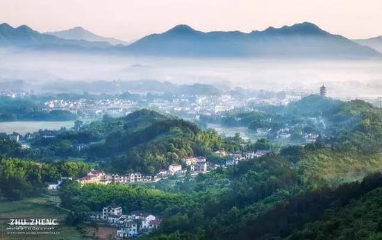 九华山风景区脚下,山村田野被薄雾轻纱笼罩如梦似幻,在晨光下宛如仙