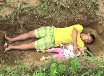 父亲给2岁重病女儿挖坟等死 称是提前适应