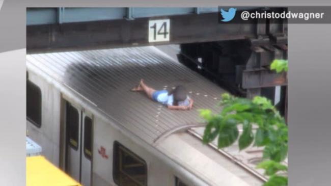 玩疯了!13岁少女地铁车顶当床玩 自拍睡觉发短信