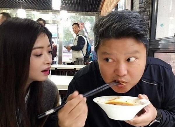 蒋欣素颜吃饭食量惊人 抱着盆的样子太豪放