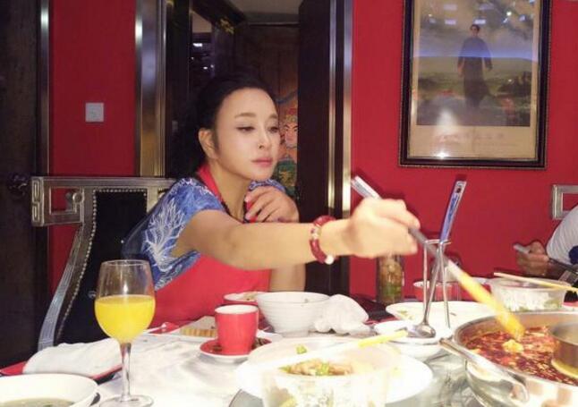 刘晓庆吃麻辣火锅 网友:嘴唇都不像亲生的了