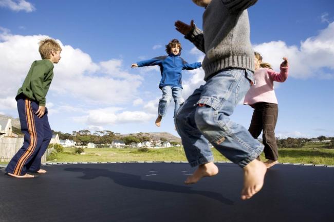 加拿大后院蹦床太危险!好多小孩玩了都受伤了