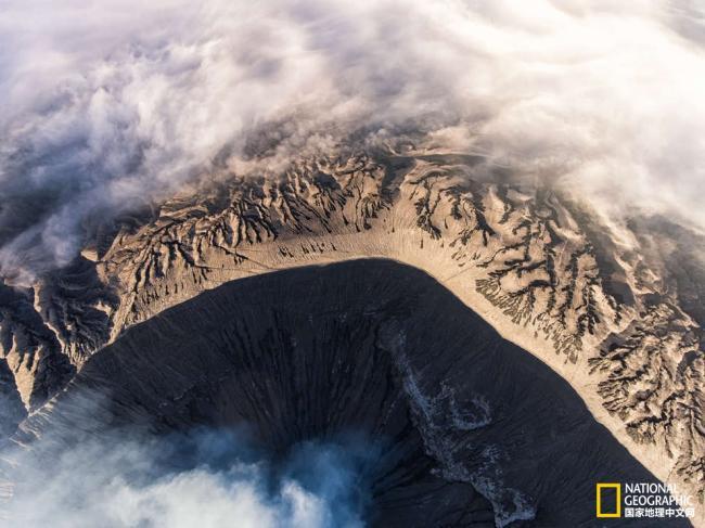 犹如月球表面 印尼布罗莫火山好似世界尽头