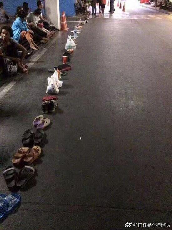 泰国人不喜欢穿鞋?其实只是拿去排队了