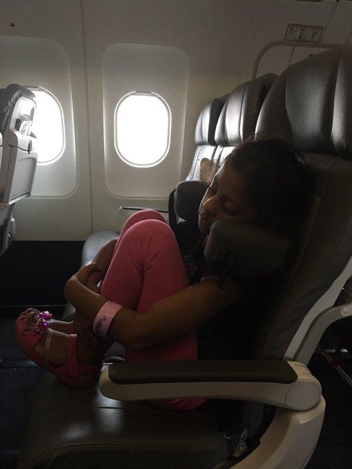 整排都是空座位 7岁女童想躺躺美联航就是不许