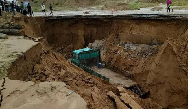 陝西特大暴雨現場︰天塌地陷既視感