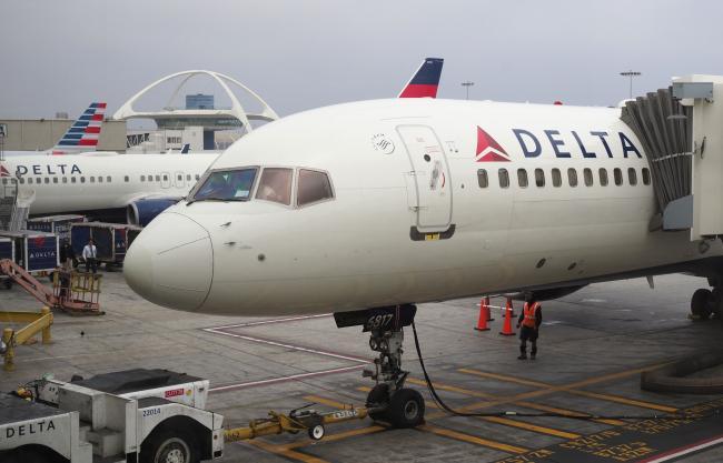 達美機師與空姐對罵 航警攜槍登機航班延誤2小時
