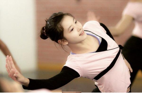 章泽天学生时期跳舞旧照曝光 身材出挑气质佳