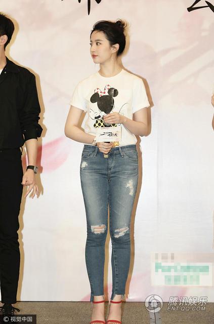 刘亦菲穿紧身牛仔裤亮相 看着有点肿
