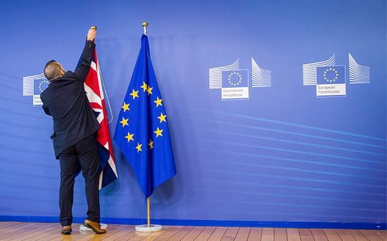 """英国让步:愿意支付470亿美元""""脱欧费"""""""