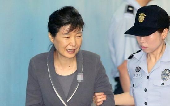 听到三星太子获刑5年 朴槿惠连喝3杯水后笑了