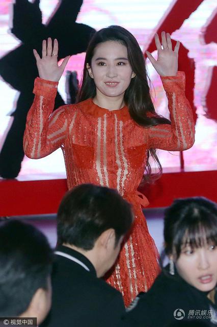刘亦菲一袭红裙美不胜收 打招呼有点萌