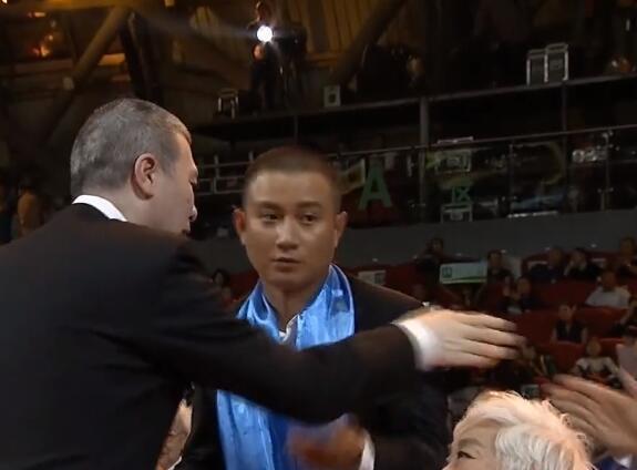 尴尬:文章起身想握手 冯小刚却没理他