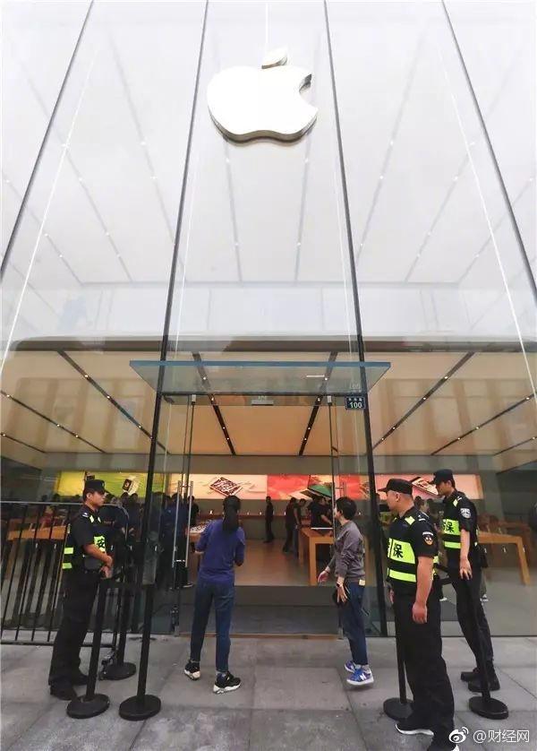 尴尬!iPhone 8中国开售 保安们忙着干这事儿