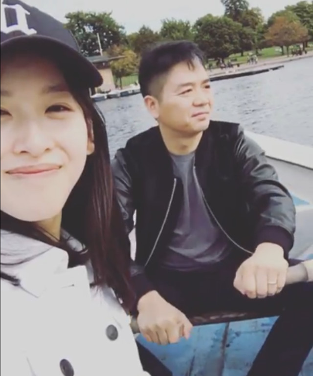 章泽天晒合影再秀恩爱 刘强东卖力为她摇桨划船