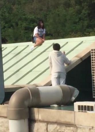 中国女子爬上韩国大学屋顶 求与韩国男友复合