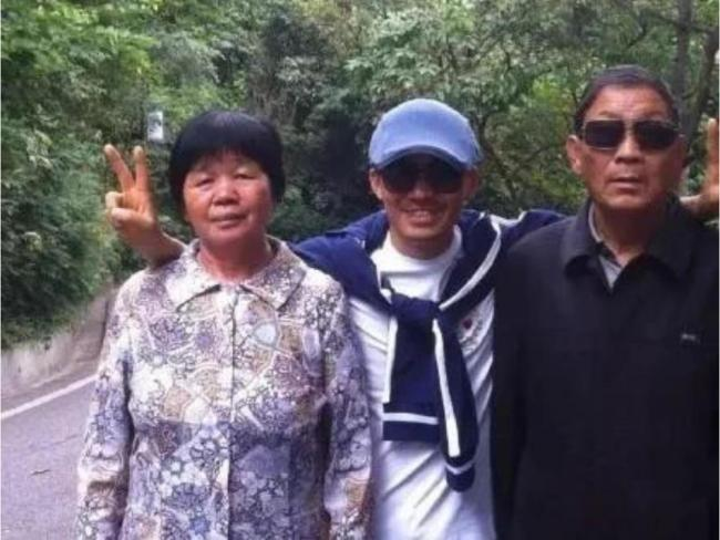王宝强国庆陪父母旅行 爬树比V心情大好