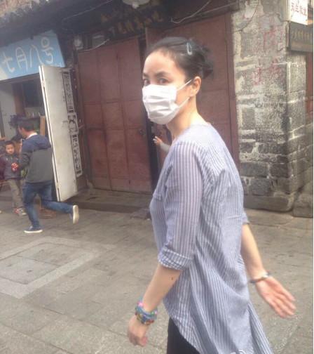 王菲清晨素颜出门 戴了口罩却好像没穿内衣