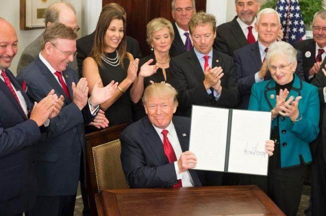川普生砍奥记健保补贴 18州告上法院