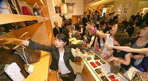 傻眼!中国游客买疯了 3分钟抢空尊宝娱乐一家店