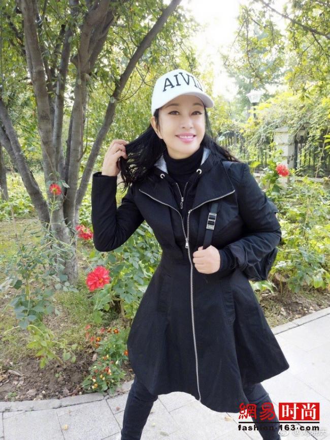 61岁刘晓庆自拍像30 网友:照着张俪整的?