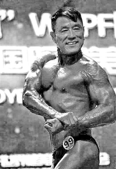 59岁健身大叔获世界健美赛第4 每天吃40个鸡蛋