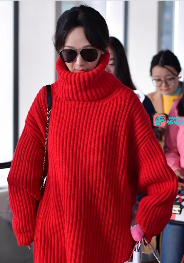 杨紫一身名牌现身机场 却被网友吐槽