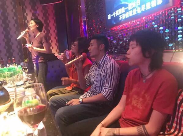 王菲与李荣浩一起唱K 窦靖童在旁边当小粉丝