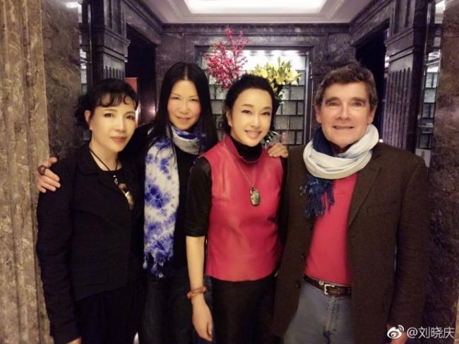 62岁刘晓庆与好友重逢 高马尾笑容灿烂气色好