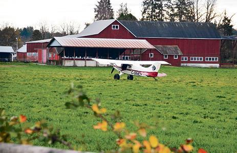 小型机起飞引擎失灵 成功迫降兰里农场