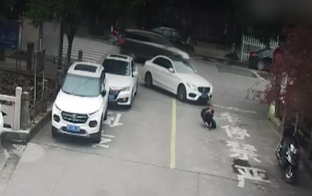 马路中间绑鞋带 男童被奔驰卷入车底