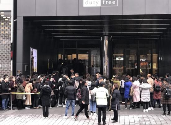 中国游客在韩免税店排队40米 韩媒:堪比从前